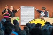 Handing-over results to senator Katrin Lompscher (Photo: Till Budde)